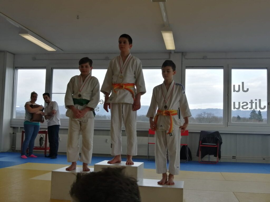 Nasir Tazybaev gewinnt beide Kämpfe und holt sich Gold, Florian Egloff schafft es auf den dritten Platz.